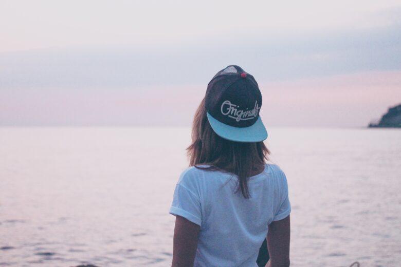 遠くを見る少女