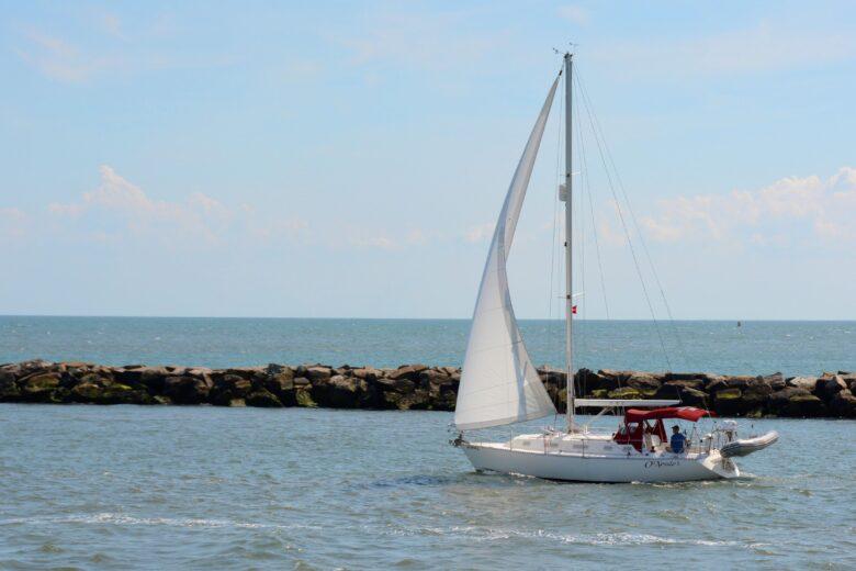 帆を張る船