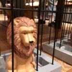 檻に入ったライオン
