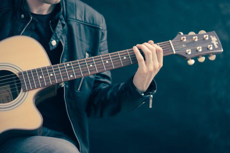 ギターを持った男