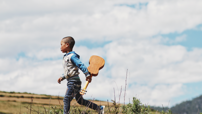 ギターを持つ少年